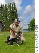 Лапландский шаман со своим другом и помощником, лапландской пастушьей собакой. Стоковое фото, фотограф Валерия Попова / Фотобанк Лори
