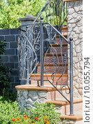 Купить «Изящная кованая ограда на лестнице», фото № 10055794, снято 16 августа 2015 г. (c) Сергей Лаврентьев / Фотобанк Лори