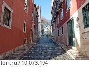 Купить «Типичная старая узкая улица в старой части Лиссабона, Португалия», фото № 10073194, снято 28 декабря 2013 г. (c) Татьяна Кахилл / Фотобанк Лори