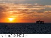 Добывающая морская платформа на фоне заката в Черном Море. Стоковое фото, фотограф Марат Омарханов / Фотобанк Лори