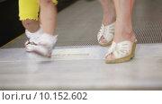 Купить «Люди сходят с эскалатора», видеоролик № 10152602, снято 13 июня 2014 г. (c) Потийко Сергей / Фотобанк Лори