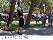 Купить «Уличный артист показывает фокусы на набережной Геленджика», фото № 10153766, снято 14 июля 2015 г. (c) Николай Мухорин / Фотобанк Лори