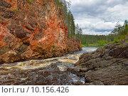 Купить «Красные крутые скалы реки Oulankajoki в Национальном парке Оуланка, Финляндия, Лапландия», фото № 10156426, снято 8 июля 2015 г. (c) Валерия Попова / Фотобанк Лори