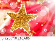 Купить «christmas golden drops star in red», фото № 10210686, снято 20 февраля 2019 г. (c) PantherMedia / Фотобанк Лори