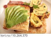 Купить «Avoocado With Omelette», фото № 10264370, снято 18 июля 2018 г. (c) PantherMedia / Фотобанк Лори