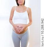 Купить «Beautiful pregnant woman love heart shape symbol», фото № 10288942, снято 25 июня 2019 г. (c) PantherMedia / Фотобанк Лори