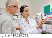 Купить «pharmacist showing drug to senior man at pharmacy», фото № 10299758, снято 27 июня 2015 г. (c) Syda Productions / Фотобанк Лори