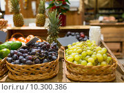 Купить «grape in baskets with nameplates at food market», фото № 10300386, снято 20 декабря 2014 г. (c) Syda Productions / Фотобанк Лори