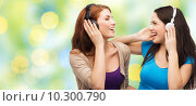 Купить «two happy girls with headphones listening to music», фото № 10300790, снято 27 ноября 2013 г. (c) Syda Productions / Фотобанк Лори