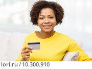 Купить «happy african woman with credit or debit card», фото № 10300910, снято 4 июня 2015 г. (c) Syda Productions / Фотобанк Лори