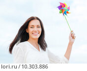 Купить «girl with windmill toy on the beach», фото № 10303886, снято 4 июля 2013 г. (c) Syda Productions / Фотобанк Лори