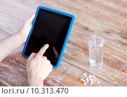 Купить «close up of hands with tablet pc, pills and water», фото № 10313470, снято 14 мая 2015 г. (c) Syda Productions / Фотобанк Лори