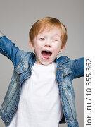 Радостный рыжеволосый мальчик. Стоковое фото, фотограф Дмитрий Булин / Фотобанк Лори