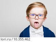 Рыжий мальчик в очках показывает язык. Стоковое фото, фотограф Дмитрий Булин / Фотобанк Лори