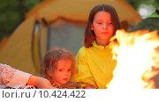 Купить «Дети жарят зефир на костре», видеоролик № 10424422, снято 16 августа 2015 г. (c) Tatiana Kravchenko / Фотобанк Лори