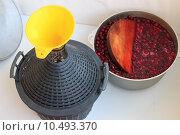 Процесс приготовления вишневого вина. Стоковое фото, фотограф Оксана Зенит-Журавлева / Фотобанк Лори