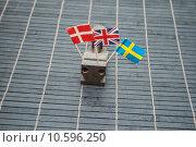 Купить «different flags vice vise holzunterlage», фото № 10596250, снято 22 июля 2019 г. (c) PantherMedia / Фотобанк Лори