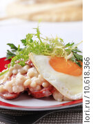 Купить «White beans with sausage and fried egg», фото № 10618366, снято 23 февраля 2019 г. (c) PantherMedia / Фотобанк Лори