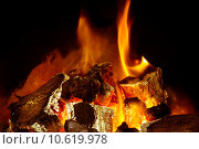 Купить «A burning log fire with glowing embers», фото № 10619978, снято 23 марта 2019 г. (c) PantherMedia / Фотобанк Лори