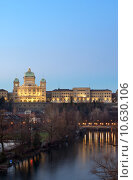 The Federal Palace of Switzerland behind the aar river at dusk. Стоковое фото, фотограф Simon Zenger / PantherMedia / Фотобанк Лори