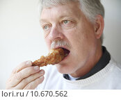 Купить «senior man eating fried chicken leg », фото № 10670562, снято 18 ноября 2019 г. (c) PantherMedia / Фотобанк Лори