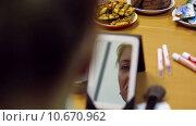 Купить «Девушка делает макияэ глядя в зеркало», видеоролик № 10670962, снято 28 июля 2015 г. (c) Алексндр Сидоренко / Фотобанк Лори