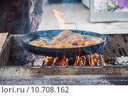 Купить «Приготовление рыбы на открытой жаровне печи-гарнушки в станице Старочеркасская Ростовской области», эксклюзивное фото № 10708162, снято 15 июля 2015 г. (c) Алёшина Оксана / Фотобанк Лори