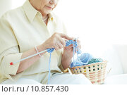 Hands of elderly woman knitting woolen clothes. Стоковое фото, фотограф Dmitriy Shironosov / PantherMedia / Фотобанк Лори
