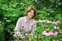 Симпатичная женщина с эхинацеей в саду, фото № 10871890, снято 19 июля 2015 г. (c) Володина Ольга / Фотобанк Лори