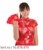 Купить «Chinese cheongsam girl showing red packets», фото № 10878870, снято 16 июня 2019 г. (c) PantherMedia / Фотобанк Лори