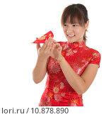 Купить «Chinese cheongsam girl peeking into red packets», фото № 10878890, снято 16 июня 2019 г. (c) PantherMedia / Фотобанк Лори