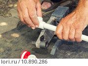 Купить «Пайка полипропиленовых труб», фото № 10890286, снято 14 августа 2015 г. (c) Андрей Черников / Фотобанк Лори