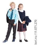 Купить «Дети школьники с пиджаками от формы в руках, полный рост, изолировано на белом фоне», фото № 11071270, снято 8 августа 2015 г. (c) Кекяляйнен Андрей / Фотобанк Лори