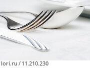 Купить «elegant table setting with silverware on white cloth», фото № 11210230, снято 16 сентября 2019 г. (c) PantherMedia / Фотобанк Лори