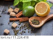 Чай с палочками корицы и цитрусовыми. Стоковое фото, фотограф Jan Jack Russo Media / Фотобанк Лори