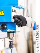 Купить «Craftsman drilling metal with drill», фото № 11595938, снято 20 июля 2019 г. (c) PantherMedia / Фотобанк Лори