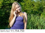 Купить «Юная девушка говорит по телефону», фото № 11754750, снято 5 августа 2015 г. (c) Ирина Новак / Фотобанк Лори