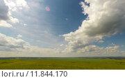 Купить «Летний пейзаж с облачным небом, timelapse», видеоролик № 11844170, снято 12 июля 2015 г. (c) Михаил Коханчиков / Фотобанк Лори