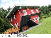 Купить «red building house skew schiefes», фото № 11860362, снято 19 июля 2018 г. (c) PantherMedia / Фотобанк Лори