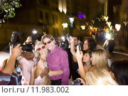 Купить «Young couple arm in arm surrounded in paparazzi, smiling», фото № 11983002, снято 23 октября 2018 г. (c) PantherMedia / Фотобанк Лори