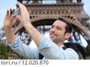 Купить «Young attractive tourist taking selfie in Paris», фото № 12020870, снято 18 февраля 2019 г. (c) PantherMedia / Фотобанк Лори
