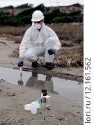 Worker in a protective suit examining pollution. Стоковое фото, фотограф Patrizio Martorana / PantherMedia / Фотобанк Лори
