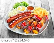 Купить «Kebab, Sausage and Fries on Plate with Sauces», фото № 12234546, снято 15 ноября 2019 г. (c) PantherMedia / Фотобанк Лори