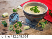 Купить «cream sauce in a  bowl with  leek and herbs on  rustic wood», фото № 12248654, снято 13 декабря 2017 г. (c) PantherMedia / Фотобанк Лори