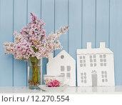Деревянные дома,  чашка и букет сирени. Стоковое фото, фотограф Алина Хальченко / Фотобанк Лори