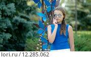 Девушка в солнцезащитных очках говорит по телефону. Стоковое видео, видеограф Ivan Dubenko / Фотобанк Лори