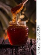 Купить «Honey drip in jar on the table», фото № 12330934, снято 27 марта 2019 г. (c) PantherMedia / Фотобанк Лори
