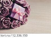 Купить «Purple roses and gift box», фото № 12336150, снято 18 февраля 2019 г. (c) PantherMedia / Фотобанк Лори