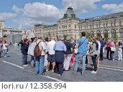 Купить «Группа иностранных туристов на Красной площади. Москва», эксклюзивное фото № 12358994, снято 14 августа 2015 г. (c) Илюхина Наталья / Фотобанк Лори