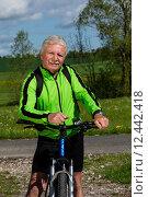 Купить «man nature senior fit bike», фото № 12442418, снято 21 апреля 2019 г. (c) PantherMedia / Фотобанк Лори